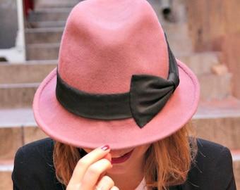 Vieux rose femme chapeau fedora. Chapeau de créateur Français chapellerie. Chapeau trilby de femme à la mode. Chapeau rose avec gros noeud noir.
