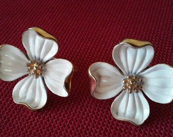 Vintage White Enamel Clip on Dogwood Flower Floral Earrings Trifari 1950s 1960s Goldtone