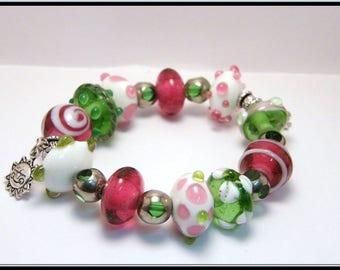Bracelet perles en verre tournées au chalumeau roses et vertes.