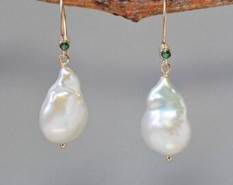 Große barocke Perle Ohrringe in Gold, weiß, barocke Perle Ohrringe, Hochzeit Perlen für die Braut, Geschenk für die Mutter der Braut