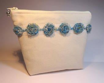 Ecru bag lined with blue fabric flowers