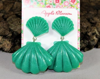 Vintage inspired earrings, green/turquoise glitter mussels Large, epoxy, 50s