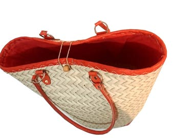 Tote bag basket in natural color with palm leaves