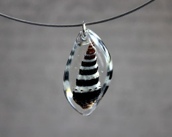 Round neck + pendant leaf 3.5 cm including a shell and resin