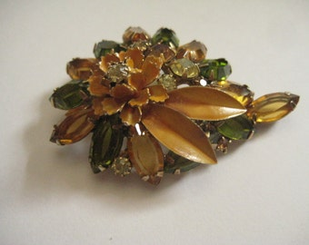 Juliana DeLizza and Elster Floral Pin i Olivine and Topaz with Metal Leaves and Flower Topper