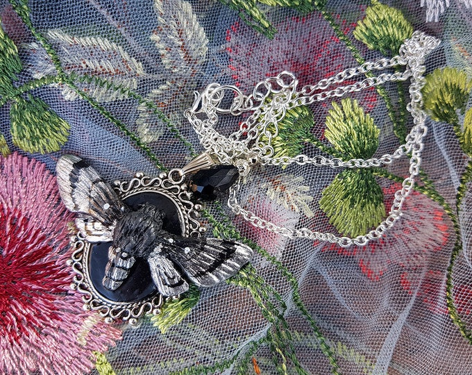 Moth necklace with frame in silver