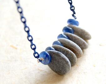 Collier en pierre cyanite bleue et de la plage avec la chaîne émaillée bleu Vintage