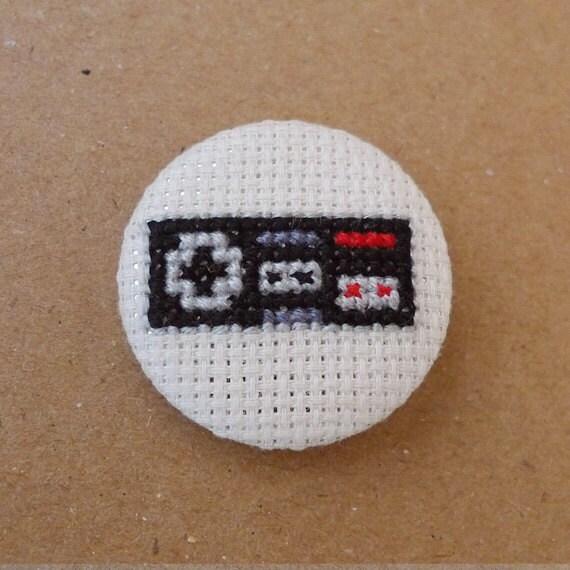 Nintendo Nes cross stitch 31mm pinback button - Embroidered geek brooch