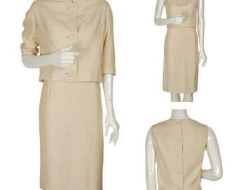 Lune de miel de mariée en soie ivoire vintage des années 60 Camelot costume, crayon, jupe, top court et veste courte, boutons surdimensionnés, col montant, taille XS