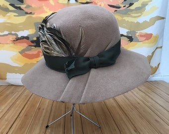 Louise Green fedora pecan color with green bow and feathers size small 6 7/8-7 1/8