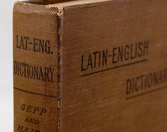 1920s Latin-English Dictionary by Gepp and Haigh, reprint of 1888 version, Longmans, Green & Co Ltd, 560 pages