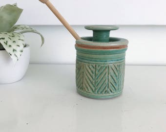 Stoneware Pottery Green Honey Pot With Lid, Chevron Pattern, Wood Honey Stick, Green Pottery, Honey Storage, Kitchen Utensil