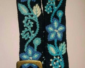 Correas tejidas y bordas con flores