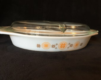 Pyrex Oval 1.5 Quart Caserole Dish,  Town and Country Divided Dish with Lid