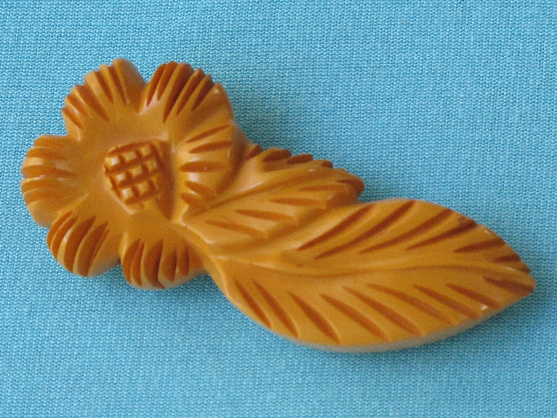 Robe Clip en bakélite profondéHommes t sculptée feuille et et et fleur Opaque crémeux caramel ambre riche patine Vintage c. 1940 ' s collection début en plastique f77a28
