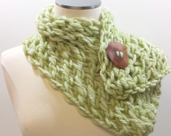 Merino Luxus Knopf Wollschal, klobige kurze Strickschal in Sellerie grün, Merino-Wolle Strickschal mit Knopf, Herbst Trends, grünen Schal