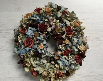 Dream-Beautiful hydrangea wreath in blue and violet with rose hips and roses