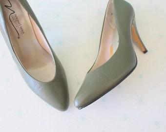1980s MOD GIRL Heels..size 8 womens...olive. green heels. shoes. pumps. fancy. mad men. retro. glam. twiggy. designer. stiletto heels. green
