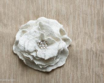 Bridal flower brooch Wedding flower Hand felted brooch in ivory off white Stylish bridal bridesmaid gift idea Wedding accessories