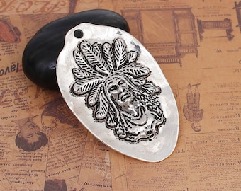Charm in antique silver Indian Chief head oval