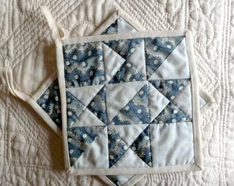 "Patchwork Potholders ""Star"" in blue and white"