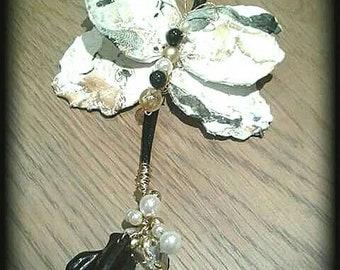 Collier pendentif papillon marbré noir et blanc long dans l'art du recyclage des matières plastiques.