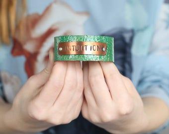 Manchette en cuivre martelé vert, bijoux de l'Intuition, fête des mères de fille, personnalisé cadeau, cadeaux personnalisés les mamans, mère des mères