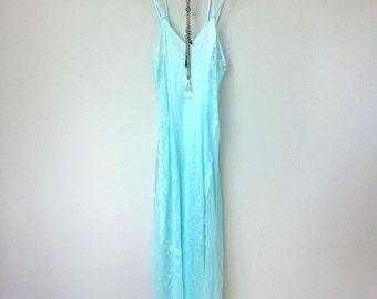 Jolie lumière robe de glissement en Nylon bleu Vintage avec bretelles doubles, panneaux en dentelle transparente sur les côtés, Boudoir, Boho, Great Gatsby. Art déco