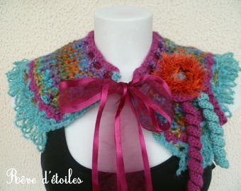 A multicolored cowl
