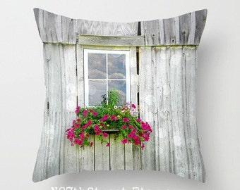 """PATINÉ Grange fleurs 16 """"X 16"""" taie d'oreiller. Photo d'Art par TMCdesigns. Pétunias fuschia. Décor à la maison. Ferme. Pays. Été. Nature. Rustique."""