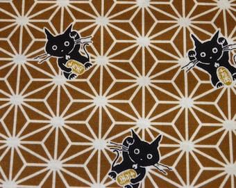 Tissu japonais chat maneki-neko sur motif étoile asanoha sur bronze foncé 50 * 110