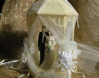 Large gazebo cake topper 1991 with bride and groom and circle in tulle and ribbons
