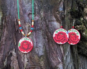 Natural wooden jewelry set with flower motive - earrings and necklace, Folklore jewelry set, Boho natural jewelry set