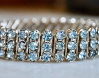 Bracelet extensible strass bleu clair
