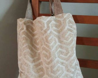 Geometric neutral tote