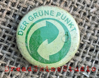 """Der Grune Punkt Ironic Postapocalyptic Wasteland Hand Distressed Pin Button Badge 1"""" / 25mm"""