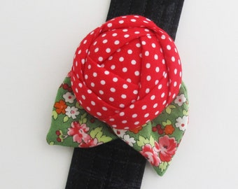 Flower Wrist Pin Cushion Cuff | Wrist bracelet pincushion is a pretty and useful sewing tool for yourself or a nice gift for those who sew.