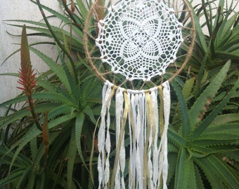 Handmade Doily Dreamcatcher // Boho Dreamcatcher // Wall Hanging