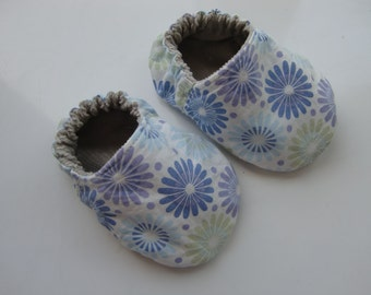 Lowen Reversible Fabric Baby Booties PDF Pattern sizes 0-3, 3-6, 6-9 and 9-12 months