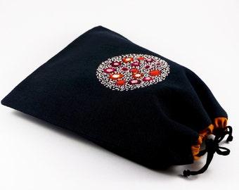 Sac à coulisse brodé, broderie main, doublure coton, cordon serrage, fleurs rouges, roses, blanches, pochon rangement, campagne chic