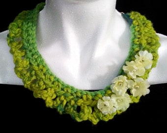 wonderfull necklace...green and flowers HAND MADE.