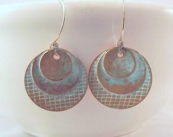 Texture de cuivre vert-de-gris disque trois boucles d'oreilles