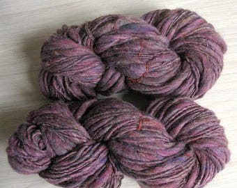 Thick and thin slub merino wool knitting yarn TTY handspun purple chunky art blanket scarf yarn