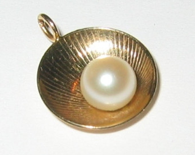 """14K Solid Yellow Gold, """"Unisex"""" Sea Shell Pendent or Charm, With Genuine Pearl Center.."""