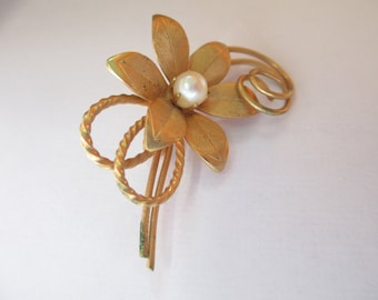 Vintage  gold tone metal flower brooch no markings