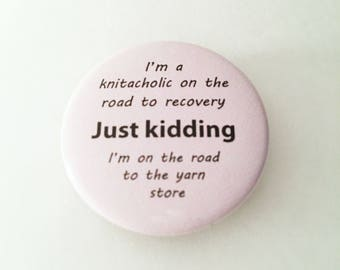 "1.50"" Pinback button ""I'm a knitacholic on the road to recovery"""