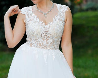 2018 New Lace Adpplique See Through Bodice Build In Bra V Neck and Back With Buttons Tulle Romantic Wedding Dress Bridal Gown A Line