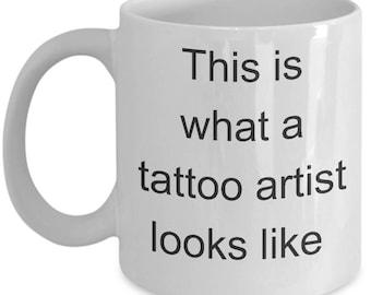Tatoueur Funny Mug - c'est ce qu'un tatouage artiste ressemble - tasse à café cadeau