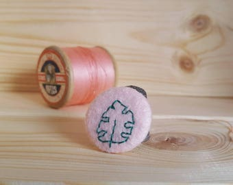 Monstera leaf badge - pink felt hand embroidered pin - plant pin