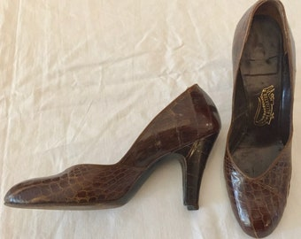 Vintage 1950s Brown Alligator Pumps 9.5 Narrow